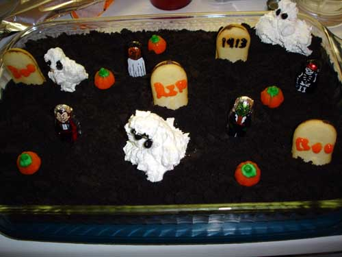Halloween Cemetery Cake http://themommyhood.com/wordpress/2011/10/07/halloween-graveyard-cake-recipe/